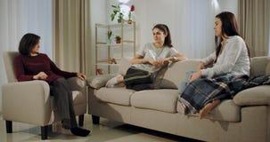 Deux femmes charismatiques ont une visite à leur psychologue qu'elles disent au sujet de leur dame âgée de problèmes d'amitié banque de vidéos