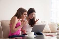 Deux femmes choquées avec des remises en vente en ligne Photo stock