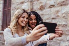 Deux femmes cliquant sur un selfie dehors Images libres de droits