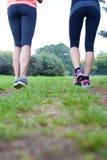 Deux femmes courant en parc Image libre de droits