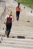 Deux femmes courant vers le haut des opérations photos stock