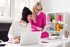 Deux femmes créatives travaillant ensemble dans le bureau Photographie stock