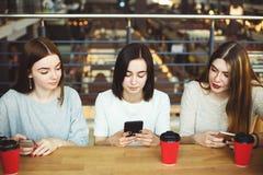 Deux femmes curieuses remarquant pour leur ami Image stock