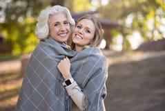 Deux femmes décontractées de sourire se tenant sur un parc Images stock