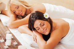 Deux femmes détendant au centre de station thermale Photos libres de droits