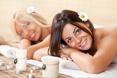 Deux femmes détendant au centre de station thermale Image stock
