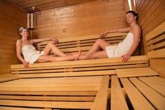 Deux femmes détendant dans le sauna Photo stock