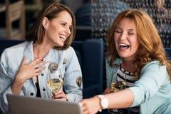 Deux femmes détendant ensemble Photo libre de droits