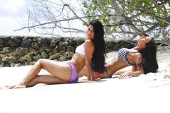 Deux femmes détendant sur la plage Image libre de droits