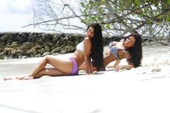 Deux femmes détendant sur la plage Images stock