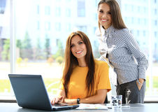 Deux femmes d'affaires ayant la réunion informelle dans le bureau Photo libre de droits