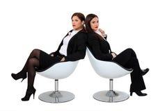Deux femmes d'affaires dans des chaises de concepteur photographie stock