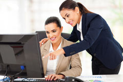 Femmes d'affaires travaillant le bureau photo stock