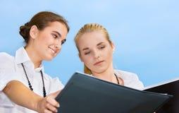 Deux femmes d'affaires heureuses avec des documents image stock