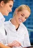 Deux femmes d'affaires heureuses avec des papiers photos stock