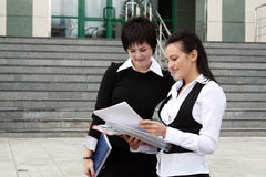 Deux femmes d'affaires heureuses avec le diagramme de papier Images stock