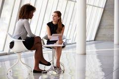 Deux femmes d'affaires se réunissant dans la réception du bureau moderne Photos libres de droits