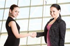 Deux femmes d'affaires se serrant la main Images stock