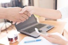 Deux femmes d'affaires se serrant la main dans le fond de chambre de bureau Busin Photo stock