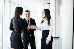 Deux femmes d'affaires se serrant la main lors de la réunion dans le bureau moderne photos libres de droits