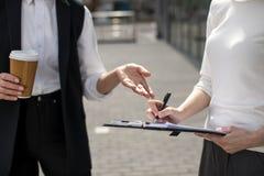 Deux femmes d'affaires sur se réunir dehors près de l'immeuble de bureaux Photographie stock