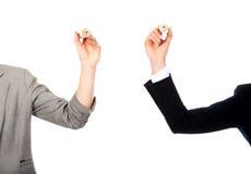 Deux femmes d'affaires tenant des crayons Images stock