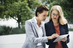 Deux femmes d'affaires travaillant ensemble Photos libres de droits