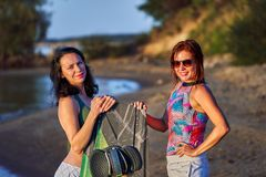 Deux femmes d'une cinquantaine d'années attendent le début de surfer de sillage photo libre de droits