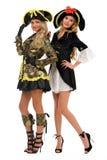 Deux femmes dans des costumes de carnaval. Pirate et impératrice photographie stock libre de droits