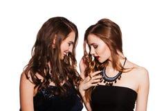 Deux femmes dans des robes de cocktail D'isolement sur le blanc Photo stock