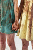 Deux femmes dans des robes sales se sont corrompues de pair avec du chocolat Photos stock