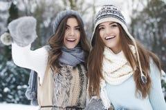 Deux femmes dans des vêtements d'hiver Photographie stock libre de droits
