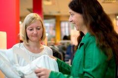 Deux femmes dans la boutique de vêtements Photo libre de droits
