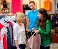 Deux femmes dans la boutique de vêtements Images libres de droits