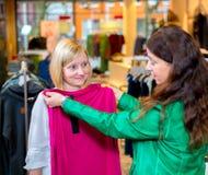 Deux femmes dans la boutique de vêtements Photos libres de droits