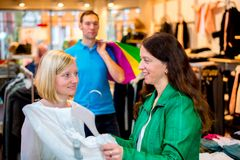 Deux femmes dans la boutique de vêtements Photo stock