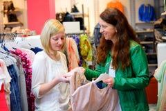 Deux femmes dans la boutique de vêtements Photographie stock