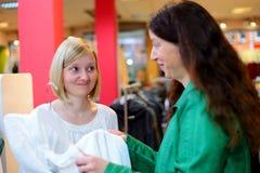 Deux femmes dans la boutique de vêtements Photographie stock libre de droits