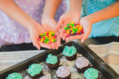 Deux femmes dans la cuisine préparant la nourriture Images libres de droits