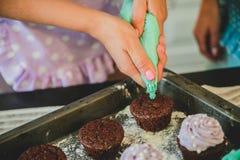Deux femmes dans la cuisine préparant la nourriture Photographie stock libre de droits