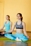 Deux femmes dans la pose de lotus Images libres de droits