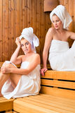 Deux femmes dans la station thermale de bien-être appréciant l'infusion de sauna Images stock