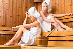 Deux femmes dans la station thermale de bien-être appréciant l'infusion de sauna Photographie stock