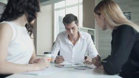 Deux femmes dans le bureau lors d'une réunion font rapport à la tête du travail banque de vidéos