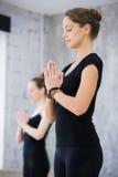 Deux femmes dans le gymnase classent, exercice de relaxation ou classe de yoga photos libres de droits