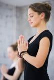 Deux femmes dans le gymnase classent, exercice de relaxation ou classe de yoga images libres de droits