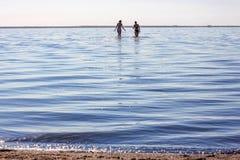 Deux femmes dans le lac avec la réflexion Images libres de droits