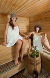 Deux femmes dans le sauna Images stock