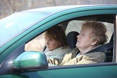 Deux femmes dans le véhicule image stock