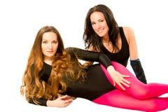 Deux femmes dans les sports vêtx après séance d'entraînement à la gymnastique image stock